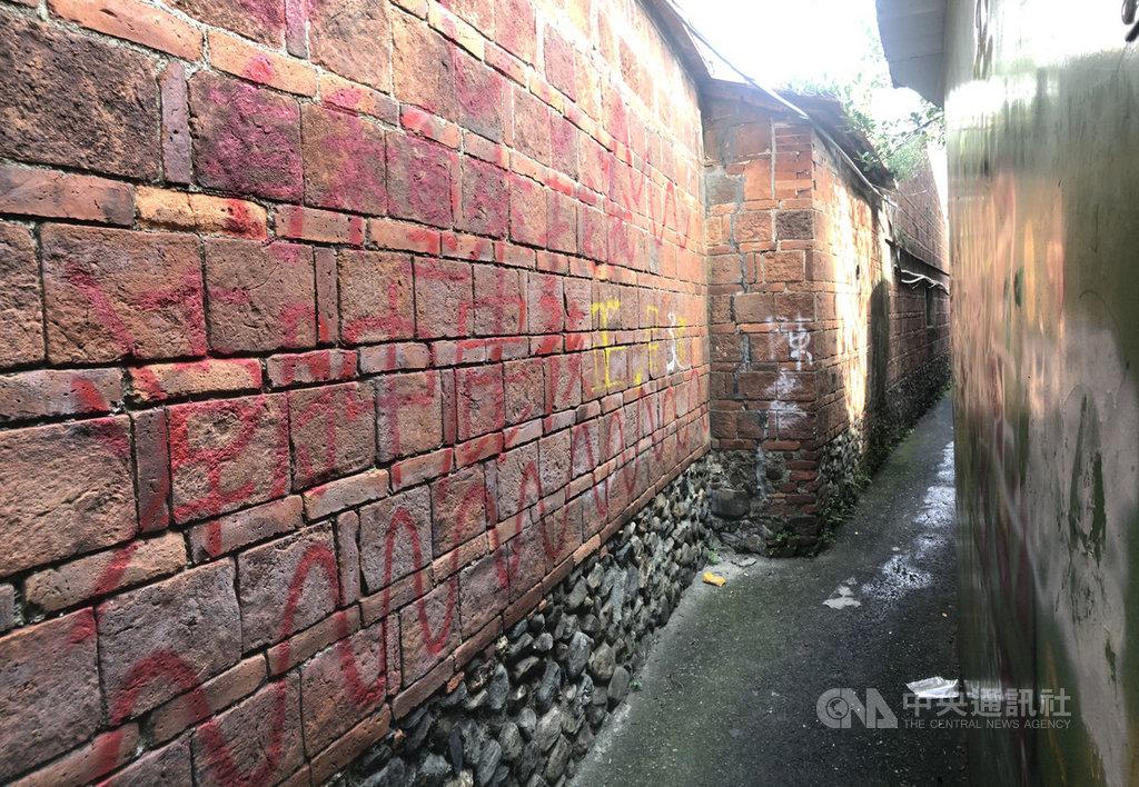 屏東縣潮州鎮建基老街上的「摸乳巷」是當地知名景點,百年紅磚牆近日遭人用噴漆、立可白等塗鴉,引起鎮民撻伐。中央社記者郭芷瑄攝 109年10月26日