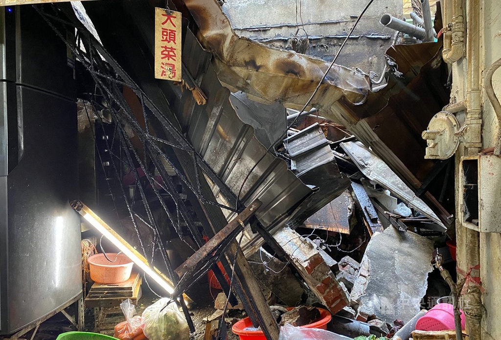 嘉義市東市場大樓頂樓26日進行耐震補強工程,頂樓磚牆磚塊突然掉落,砸中市場攤位,造成攤位屋頂倒塌,造成攤商2人受傷送醫。(民眾提供)中央社記者黃國芳傳真 109年10月26日