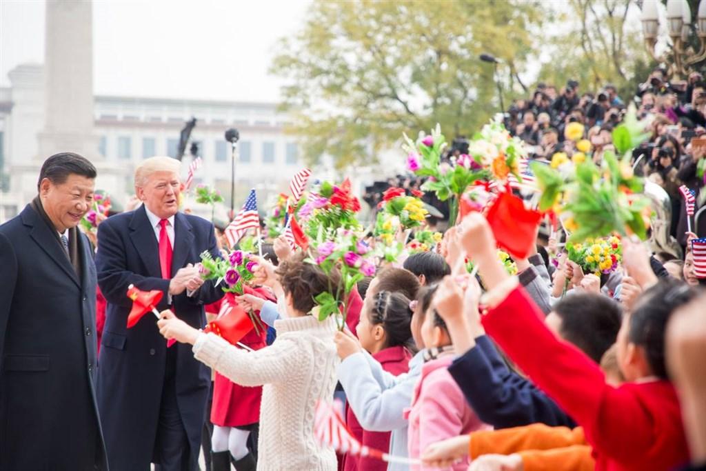 美國總統大選投票在即,有專家說,與美國兩強相爭的北京更盼望現任總統川普贏得選戰。圖為2017年11月9日川普(左2)赴北京出席雙邊會談時與中國國家主席習近平(左1)會面。(圖取自facebook.com/WhiteHouse)