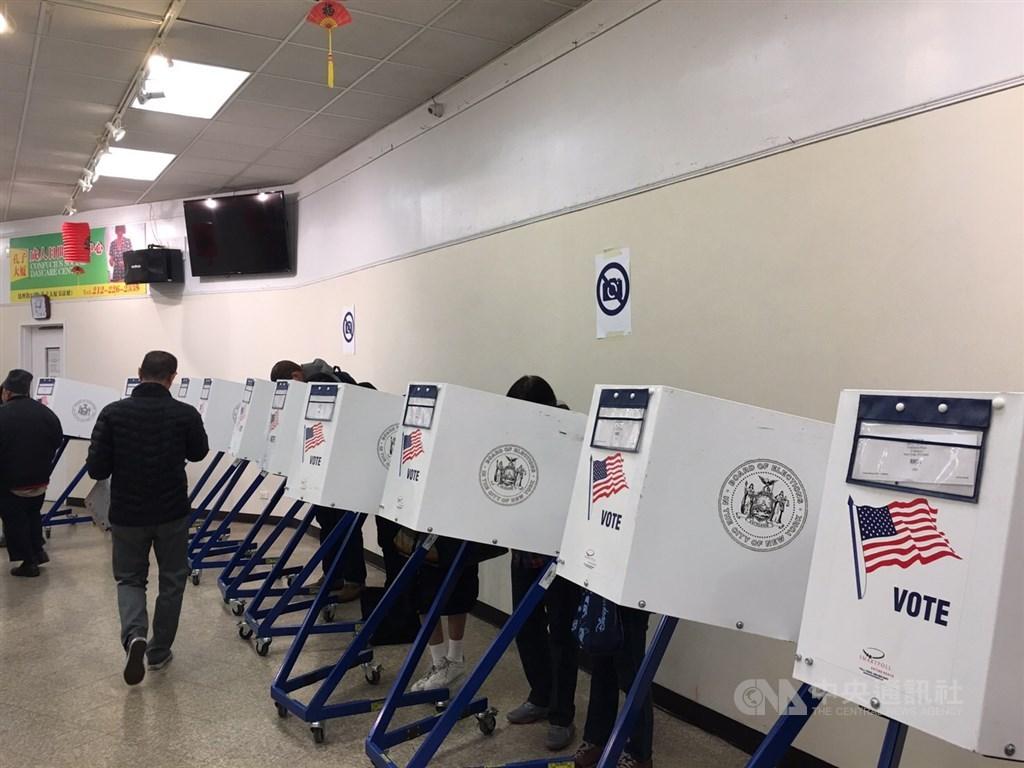 美國總統選戰進入倒數一週,佛羅里達大學旗下中立的「美國選舉計畫」27日公布統計數據顯示,已有逾7000萬選民完成投票,超過2016年大選全部票數的一半。(中央社檔案照片)