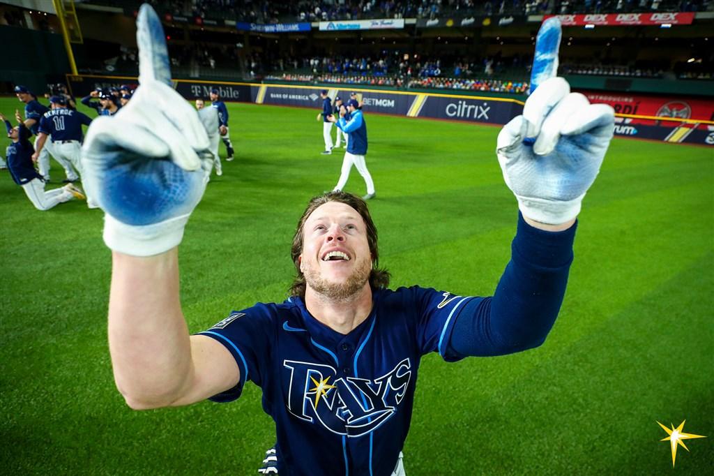 MLB光芒隊25日在世界大賽第4戰戲劇性收下勝利,致勝英雄菲力普斯(前)當下興奮到狂奔,回到休息室才發現有脫水症狀。(圖取自twitter.com/RaysBaseball)