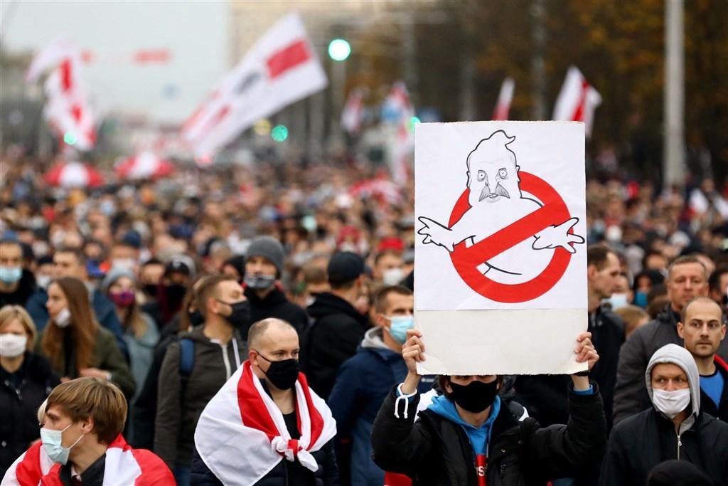 白俄羅斯首都明斯克25日又有10萬人走上街頭,抗議執政長達26年的強人總統魯卡申柯。圖為民眾以魯卡申柯畫像表達抗議。(法新社)