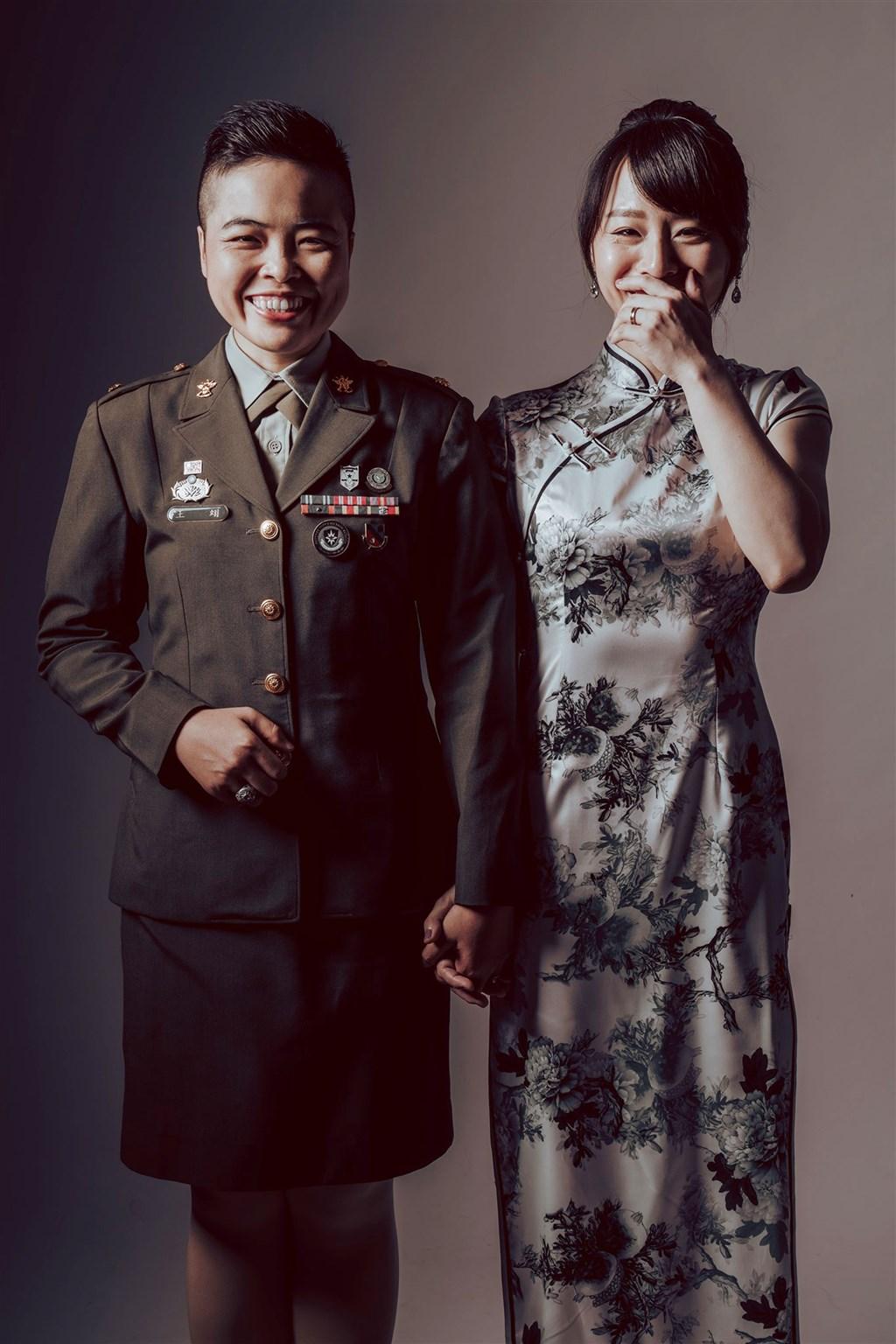 陸海空三軍聯合婚禮將於30日舉行,其中陸軍共有2對同婚新人參與,其中一對為王翊(左)與孟酉玫(右)。(陸軍提供)中央社記者游凱翔傳真 109年10月26日