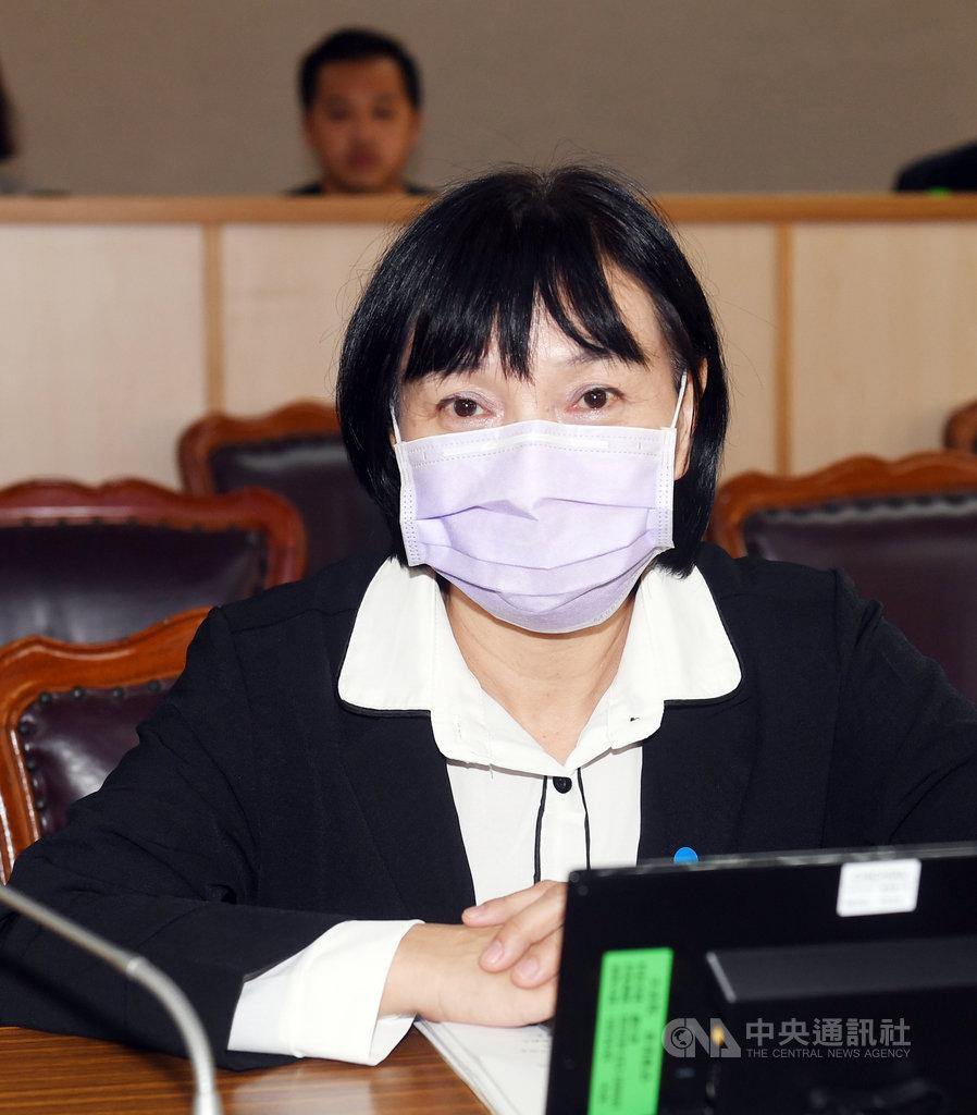 促進轉型正義委員會主任委員楊翠(圖)26日在司法及法制委員會備詢時指出,威權統治時期曾擔任法院院長、公懲會委員長的119名法官中,可以確認擁有國民黨籍者共有83名,約占7成。中央社記者施宗暉攝 109年10月26日