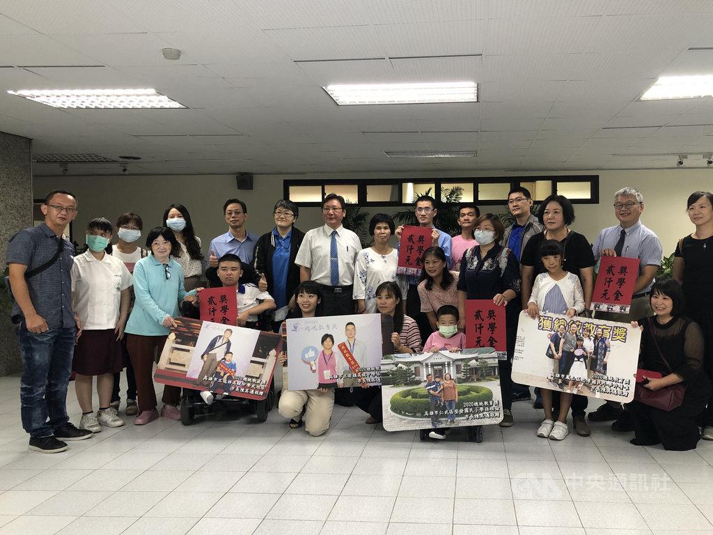 高雄市5名學生獲頒今年度「總統教育獎」,27日公開接受表揚,勉勵他們力爭上游的精神。中央社記者侯文婷攝 109年10月27日