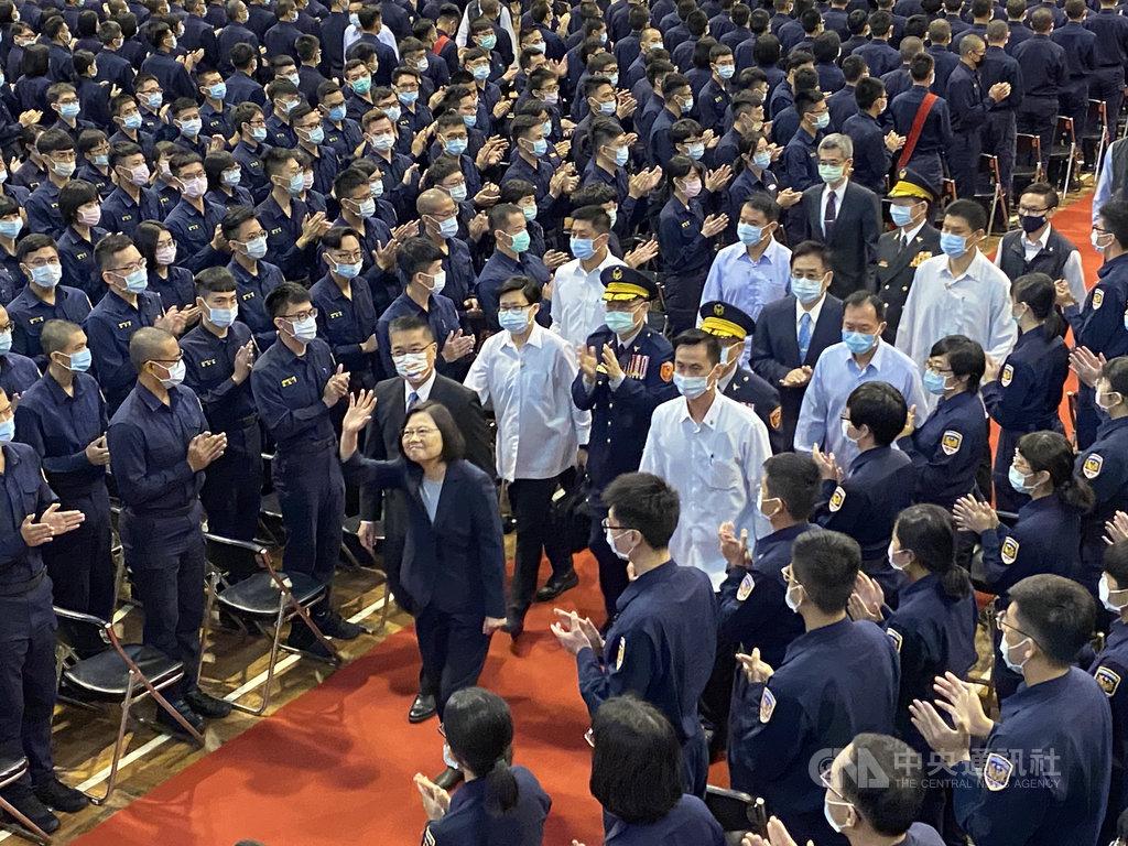 台灣警察專科學校27日歡慶75週年校慶,總統蔡英文(前中)親臨主持,感謝警專教師們無私奉獻和努力,孕育出許多警察、消防和海巡基層人員,也代表國人向全國第一線堅守崗位的警消海巡同仁致謝。中央社記者黃麗芸攝 109年10月27日