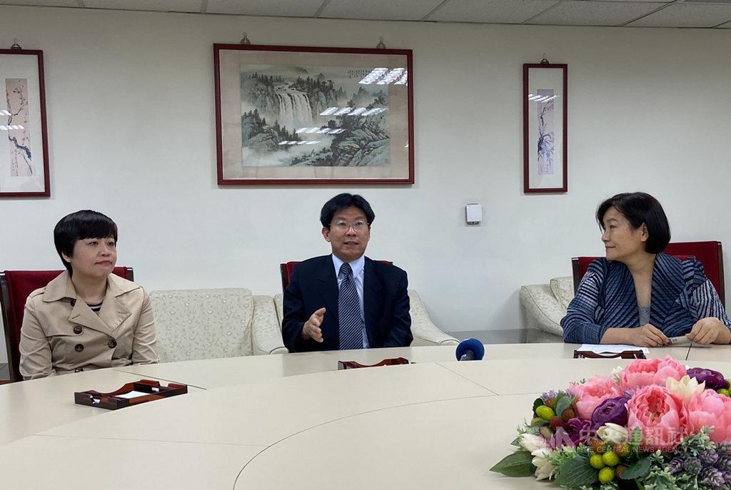 國家人權委員會副主委高涌誠(中)與監察委員紀惠容(右)、葉大華(左)27日舉行記者會,宣布在12月10日世界人權日前,人權會將舉辦系列活動。中央社記者陳俊華攝 109年10月27日