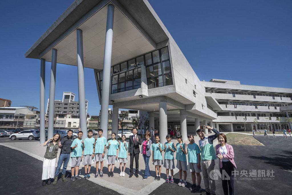 新竹市政府協助育賢國中打造新校舍「育英樓」,以半弧狀設計,讓圖書館懸在半空中。市長林智堅(中)27日前往視察並表示,盼學生們在「育英樓」上課時,能潛移默化提高美感,並培養出對空間、環境敏銳度。(新竹市政府提供)中央社記者郭宣彣傳真 109年10月27日