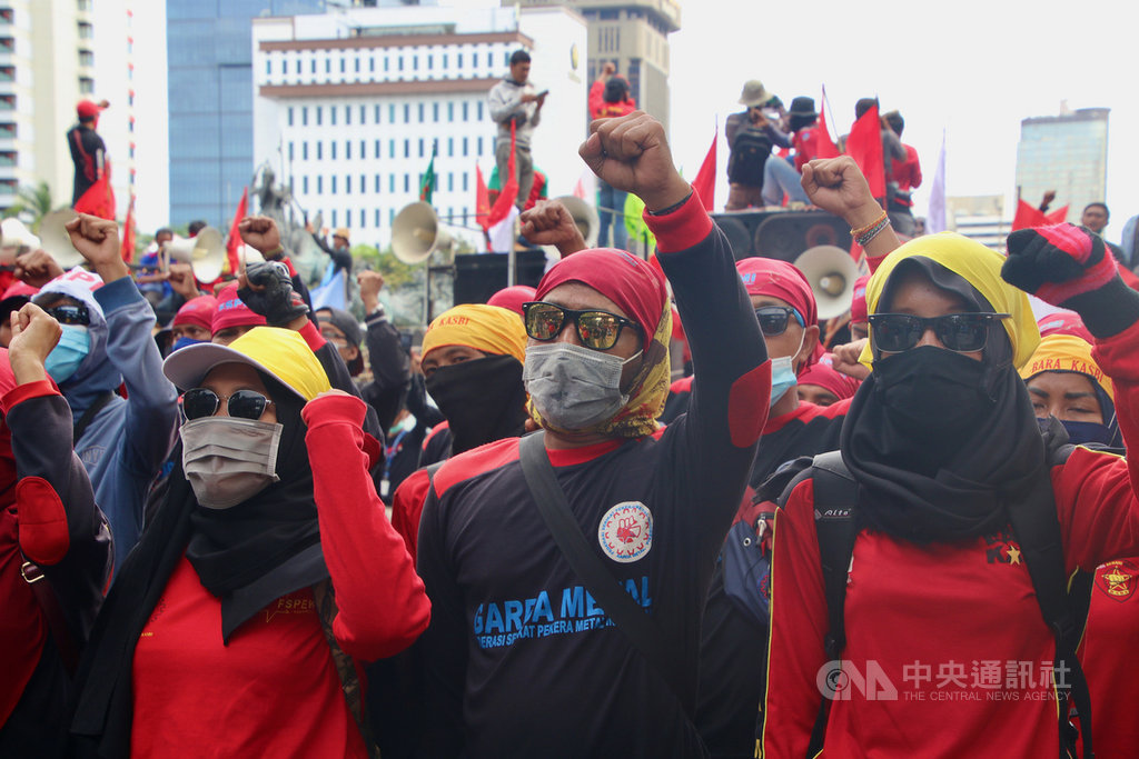 印尼繼通過創造就業綜合法,以大砍勞動條件等措施吸引外資,26日也決定不調漲最低工資。印尼工會聯盟27日指出,工會將擴大抗爭。圖為工會22日上街抗議國會通過創造就業綜合法。中央社記者石秀娟雅加達攝 109年10月27日