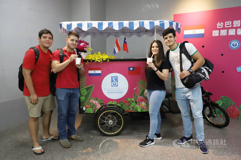 台灣科技大學巴拉圭學生試喝由巴拉圭特產瑪黛茶和台灣的珍珠結合成的「珍珠瑪黛茶」。(台科大提供)中央社記者許秩維傳真 109年10月27日