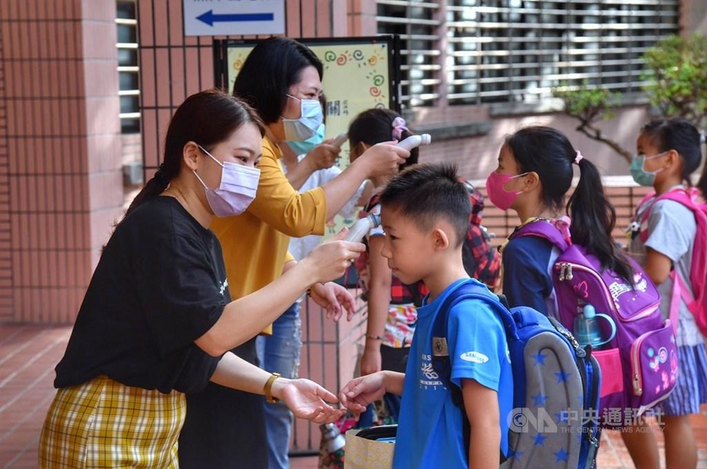 衛福部長陳時中投書土耳其媒體指出,台灣將武漢肺炎疫情控制得宜,疫情考驗證實台灣無法自外於全球衛生網絡,世界衛生組織也無法將台灣排除在外。圖為台北市文湖國小學生進校前先量體溫。中央社記者王飛華攝 109年8月31日