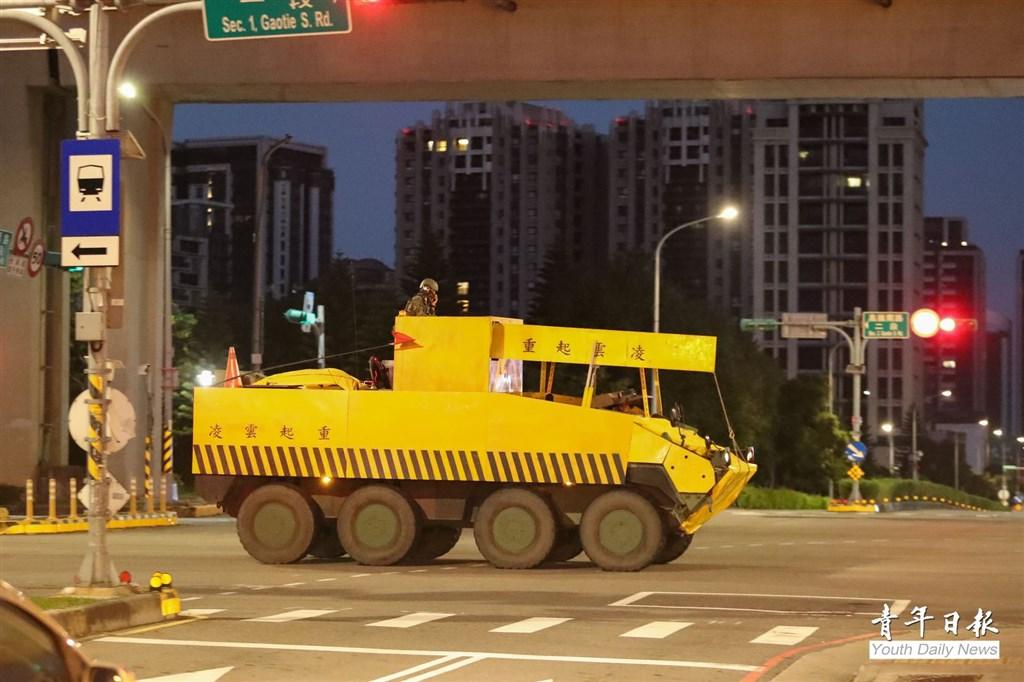 國軍第4季「戰備週」操演26日晚間展開,裝甲584旅聯兵營八輪甲車在模擬戰場中,進行隱掩蔽而改造的「偽工程車」出現在街頭。(青年日報提供)