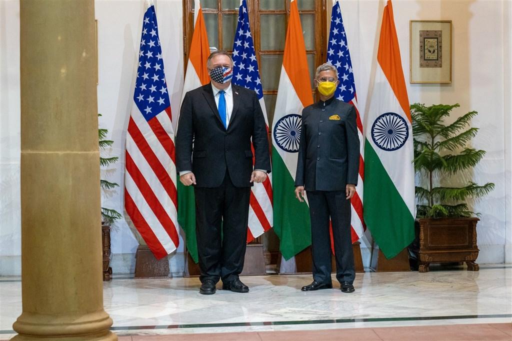 美國國務卿蓬佩奧(左)26日在印度和當地官員展開會談,第一個活動是和印度外交部長蘇杰生(右)進行會談並共進晚餐。(圖取自twitter.com/SecPompeo)