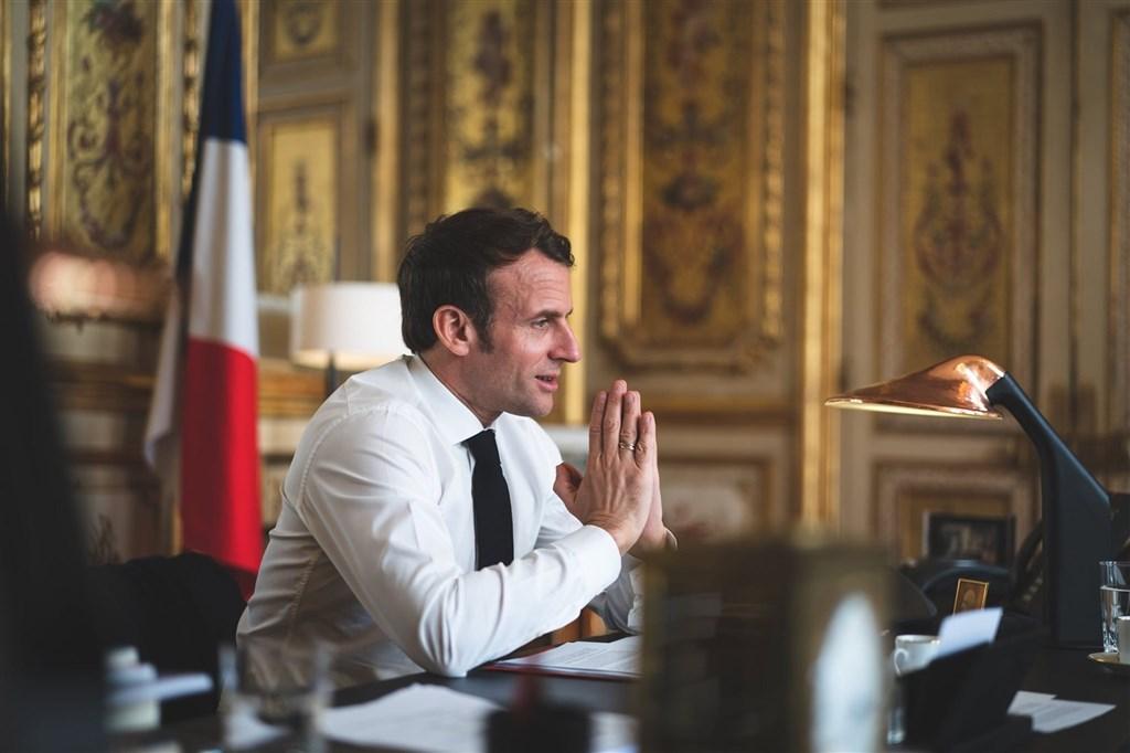法國總統馬克宏(圖)日前在帕第紀念儀式的發言引發中東國家不滿,以土耳其為首發動拒買法國貨。馬克宏強調不接受仇恨言論,歐洲鄰國紛紛表態支持法國。(圖取自facebook.com/EmmanuelMacron)