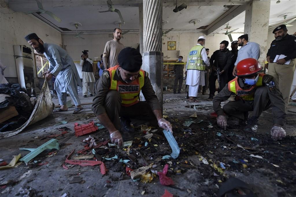巴基斯坦西北部城市白夏瓦(Peshawar)一所伊斯蘭教學院27日上午發生一起爆炸事故,至少已有8人喪生,超過110人受傷。警方初步調查說,有人帶了5公斤炸藥引爆。圖為白夏瓦爆炸現場。(法新社)