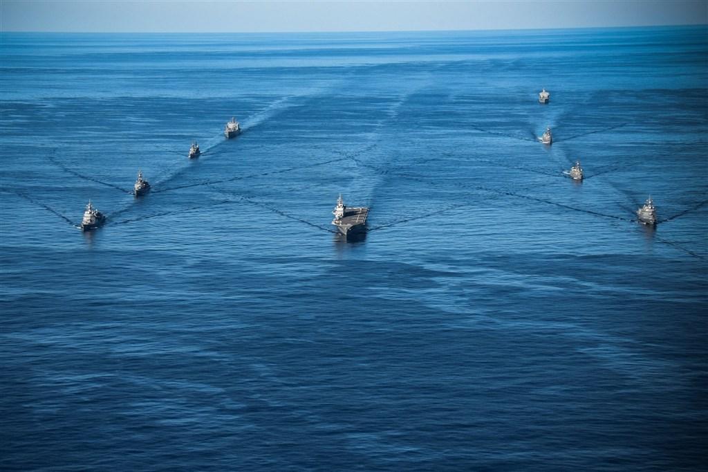 面對中國在太平洋地區加強軍事活動,日本與美國的部隊26日在日本周邊展開兩年一度的「銳劍」海陸空軍事演習,以展現軍力。(圖取自facebook.com/ussronaldreagan)