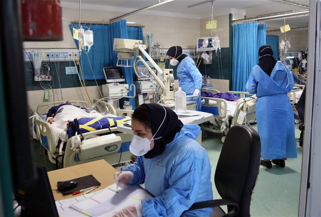 伊朗衛生部發言人拉利29日說,新增8293人確診,染疫人數達59萬6941人。圖為確診人數上升導致醫院滿床,醫生焦頭爛額。(安納杜魯新聞社)