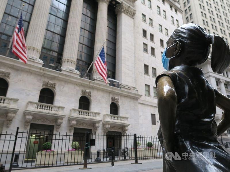 美國提出經濟振興案的希望不斷消退,加上11月3日總統大選令人惴惴不安,對美股形成摜壓,10月26日道瓊工業指數重挫650.19點。圖為紐約證券交易所與對街戴上口罩的大無畏女孩銅像。(中央社檔案照片)
