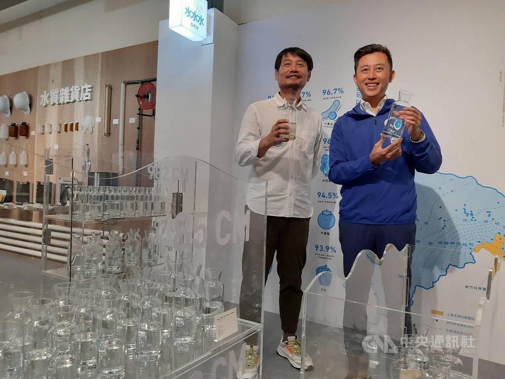 新竹市政府28日起在竹蓮市場舉辦「竹塹三態子守護祭」,以「看不見的水」與「海廢市集」為主題推出聯合特展,市長林智堅(右)到場走訪。中央社記者郭宣彣攝 109年10月28日