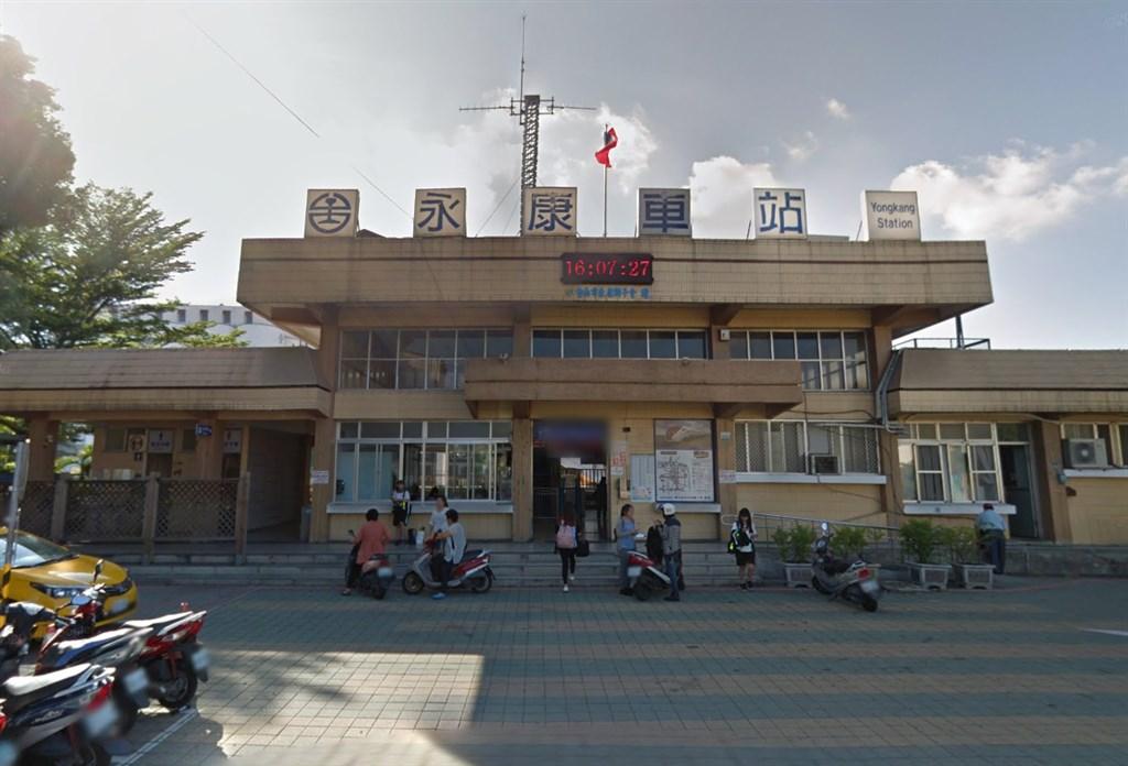 台鐵新市到永康間路線異常影響,導致南下及北上列車都有延誤,台鐵也證實原因是發現19公分斷軌。圖為台南永康火車站。(圖取自Google地圖網頁google.com/maps)