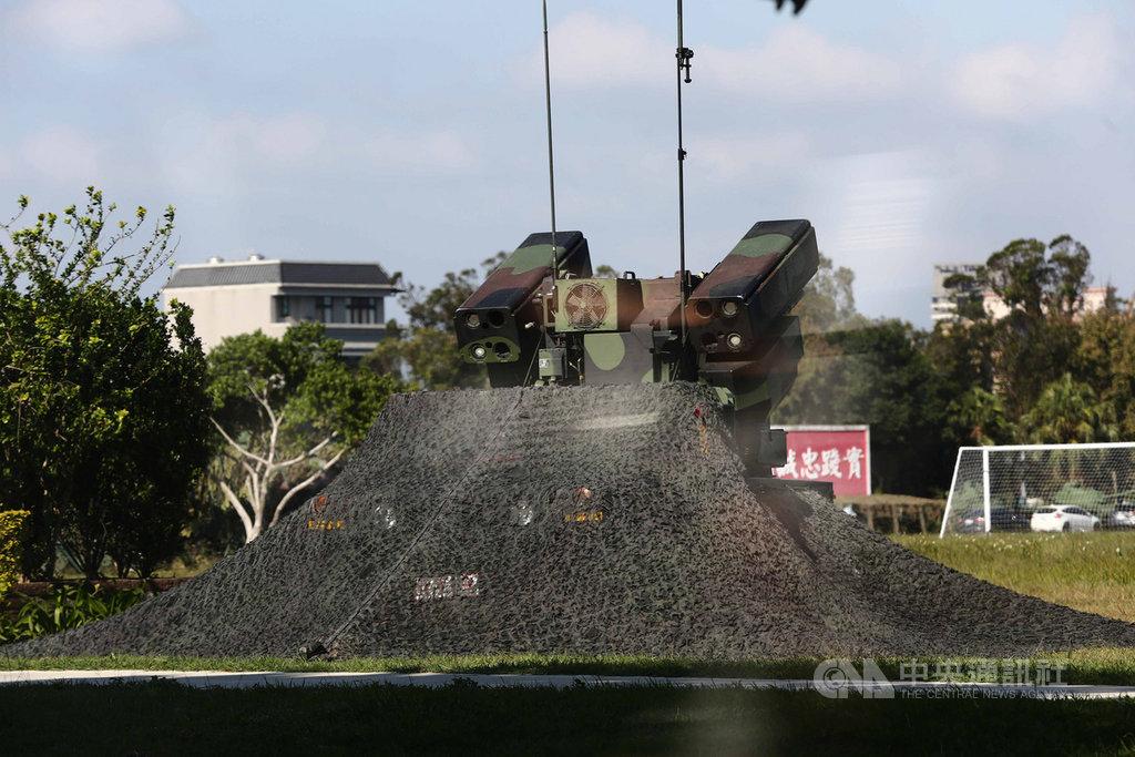 國軍戰備週操演展開,演練重點為戰力保存,復仇者防空飛彈車在龍岡一帶開闊處對空警戒。中央社記者游凱翔攝 109年10月28日