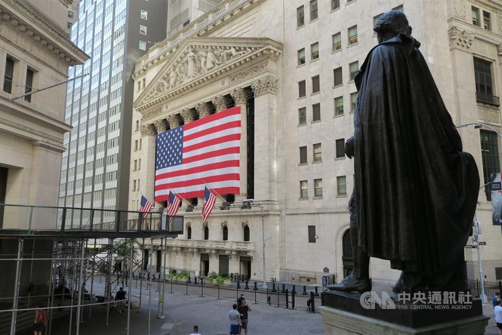 全球疫情愈燒愈烈,歐美股市震盪劇烈,美股道瓊指數繼週一重挫650點後,週二再挫逾200點,所幸科技股表現相對凸出。圖為華爾街與紐約證券交易所。(中央社檔案照片)