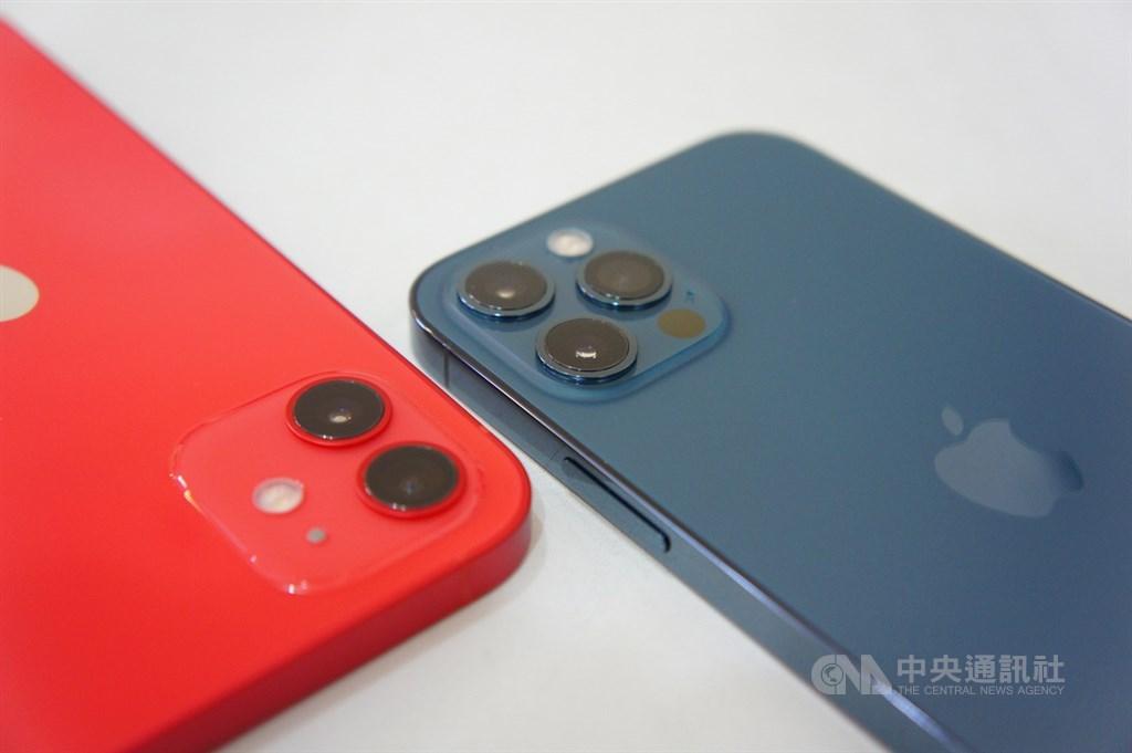 日前外資法人推測,鴻海是iPhone 12 Pro(右)和iPhone 12 Pro Max獨家組裝代工供應商,也是iPhone 12主要組裝代工商,預估鴻海第4季營運,可望受惠新5G版iPhone組裝拉貨力道。中央社記者吳家豪攝 109年10月22日
