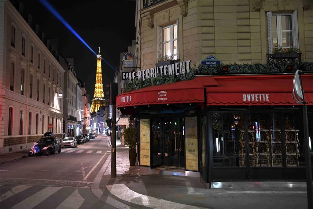 法國疫情與醫院收治壓力日益嚴峻,政府27、28日兩天召開國防會議。圖為17日實施宵禁的巴黎街頭。(中新社)