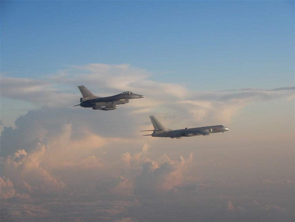 共機接連擾台幾乎已成常態,解放軍專家亓樂義認為,中共意在縮減台灣海空兵力演訓空間,建議須謹慎看待。圖為5月F-16戰機(左)升空監控共機轟6(右)的畫面。(空軍司令部提供)