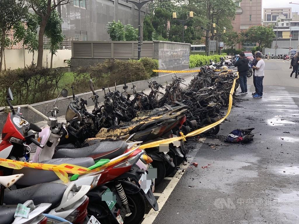 台北市警消29日下午1時42分獲報,松高路、松勇路附近發生火警,警消到場火勢15分鐘內撲滅,共造成32輛機車受損。中央社記者張新偉攝 109年10月29日