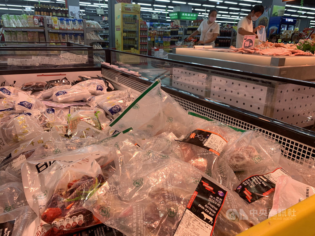 中國6月起接連爆發武漢肺炎本土疫情,官方調研指進口冷凍食品是傳播源頭後,首都北京市11月起將針對進口冷凍肉類、水產品實行電子掃碼統一管理。圖為北京海淀區一家超市販賣的進口冷凍肉品。(中新社資料照)中央社 109年10月29日