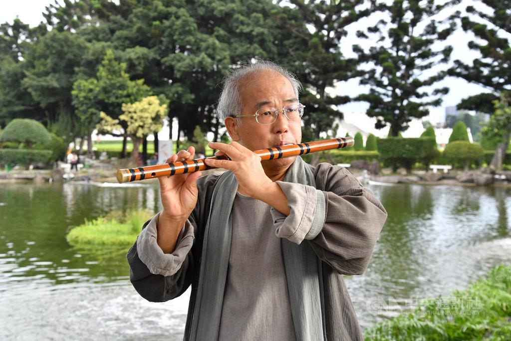 今年國家文藝獎音樂類得主陳中申不但持續創新笛子演奏技法,也親自為樂器寫曲;傳統、本土與當代元素相互融合,演奏、作曲、指揮、教學,甚至樂器改良,無役不與,對於台灣吹管樂器深具貢獻。中央社記者王飛華攝 109年10月29日