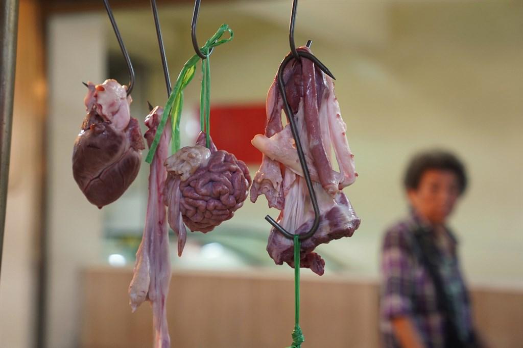衛福部長陳時中29日坦言,未來他國確實可依法進口萊劑豬肉,但進口台灣的國家僅美國可能含萊劑。圖為傳統市場內豬肉攤商。(中央社檔案照片)
