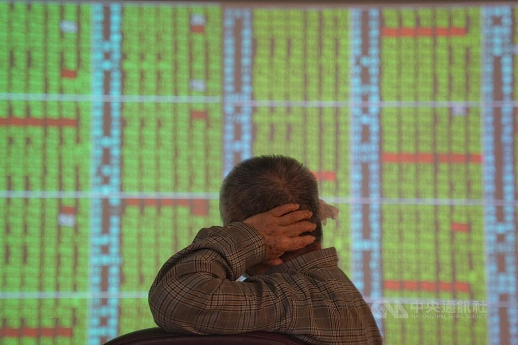 美股重挫,台積電29日股價同步走跌,早盤最低達新台幣435.5元,跌8.5元,市值縮水2204億元。(中央社檔案照片)