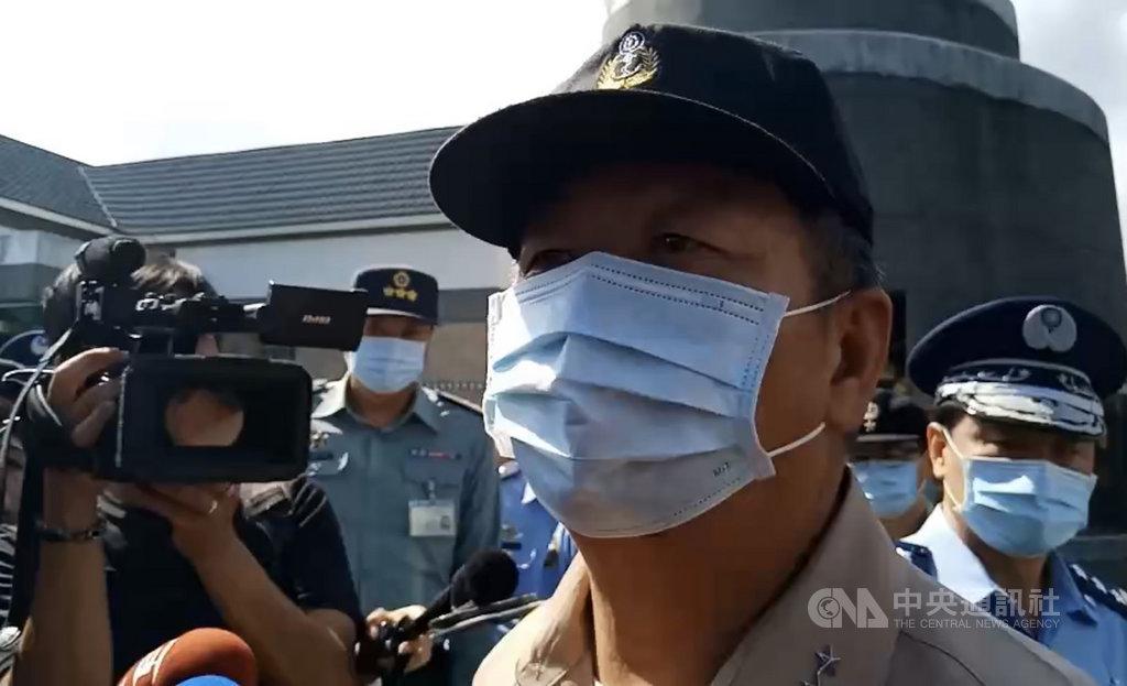 空軍一架F-5E戰機29日在台東海域墜機,飛官朱冠甍上尉殉職。參謀總長黃曙光(前右)29日到台東殯儀館上香,希望國人都能支持空軍、國軍,也希望不要再發生這樣的憾事。中央社記者盧太城攝 109年10月29日