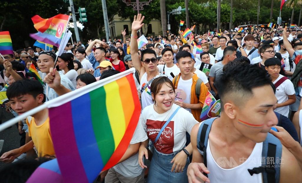 串流影音平台Netflix調查發現,84.9%台灣人認為,收看影集或電影是一個有助於了解LGBTQIA+族群生活的方式。圖為108年同志大遊行抵達終點凱道。(中央社檔案照片)