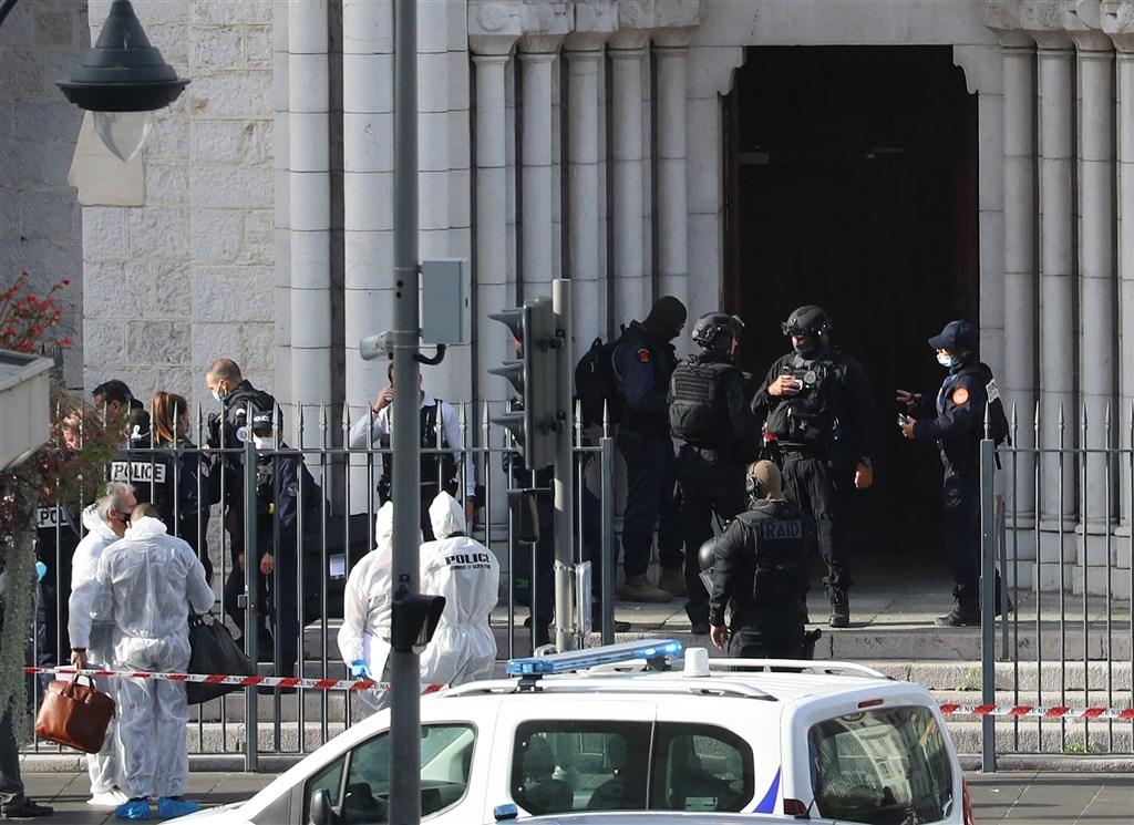 法國南部城市尼斯29日早上發生攻擊案,一名男子在聖母院持刀傷人,造成3人死亡和數人受傷。(法新社)