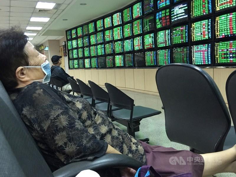台股29日受美股拖累盤中一度重挫逾200點,終場跌1.02%、130.84點,收在12662.91點,失守月線、季線。(中央社檔案照片)