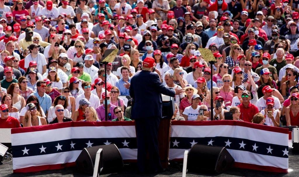 美國總統川普(前)29日在佛羅里達州舉行戶外造勢大會,吸引成千上萬人聚集,但許多人並未戴口罩。(圖取自facebook.com/DonaldTrump)
