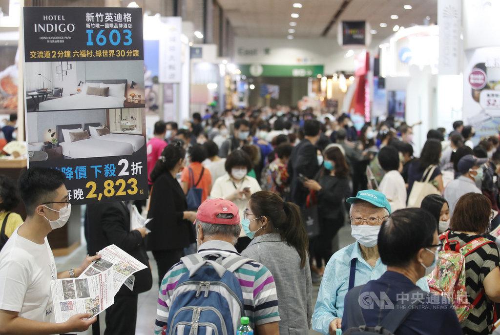 「2020 ITF台北國際旅展」30日在台北南港展覽館一館正式登場,主辦單位台灣觀光協會以「為觀光人打氣」為號召,邀請超過30個國家地區、30個中央部會和地方政府,及數百家觀光業者參展。中央社記者張新偉攝 109年10月30日