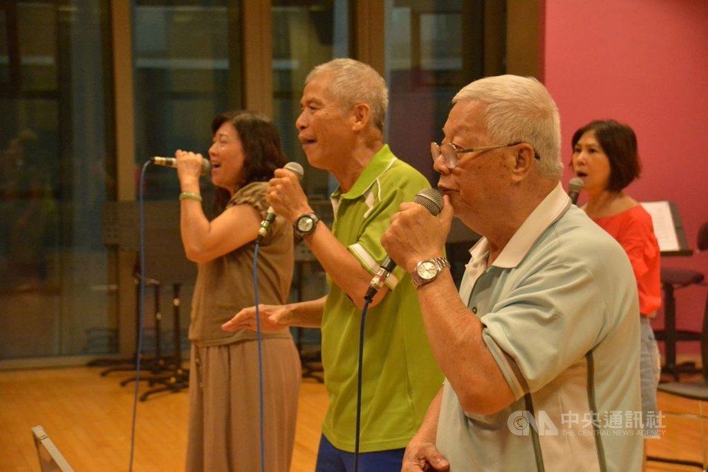 屏東縣政府培訓阿卡貝拉人聲樂團迄今邁入第10年,其中「超世紀」是國內唯一「二代同堂」人聲樂團,團員多是銀髮族組成,最高齡團員為78歲的陳明義(前右),至今仍努力練唱。(屏東縣政府提供)中央社記者郭芷瑄傳真 109年10月30日