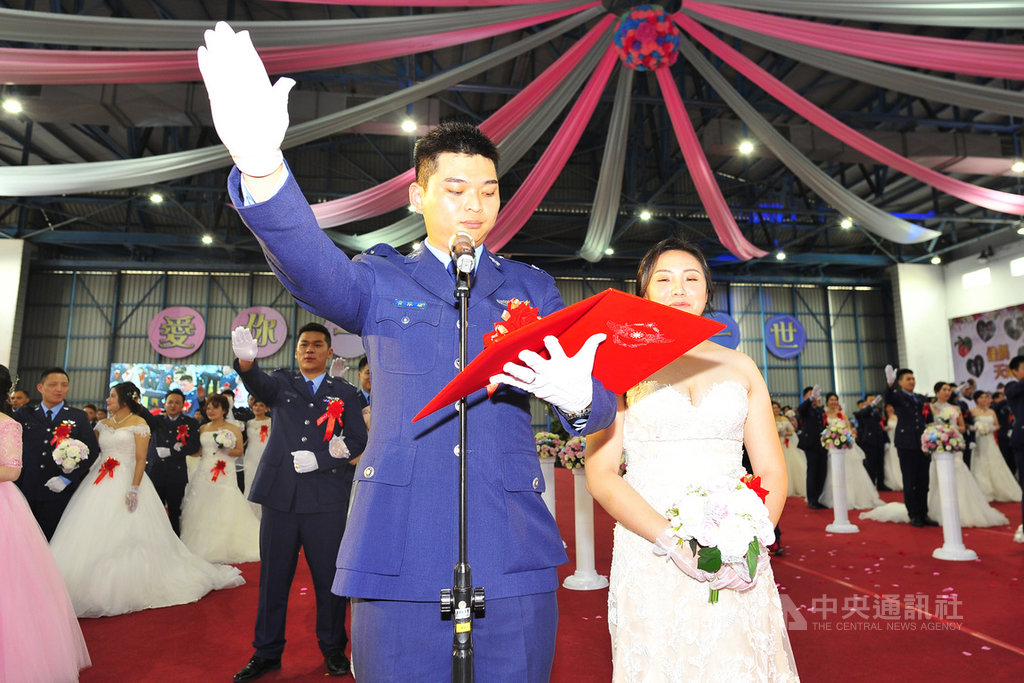 109年空軍集團結婚30日下午在空軍台南基地舉行,代表宣誓的新人黃泓瑜(前左)、郭馨儀(前右)都是F-5戰機飛行員。(讀者提供)中央社記者楊思瑞台南傳真 109年10月30日
