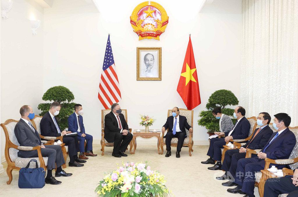 美國國務卿蓬佩奧(左4)30日向越南總理阮春福(左5)表示,美國支持東協在東南亞地區扮演重要角色,希望促進東協-美國戰略夥伴關係,以及湄公河-美國夥伴關係的務實和有效發展。(越南外交部提供)中央社記者陳家倫河內傳真 109年10月30日