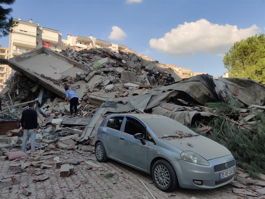 土耳其災害與應變管理署指出,愛琴海地區下午2時51分傳規模6.6強震,西南部伊茲米爾巿區多處地點建築倒塌。(安納杜魯新聞社)