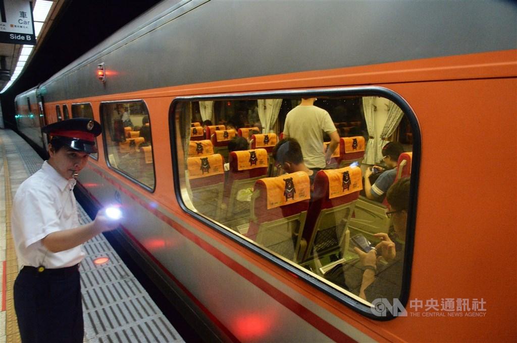 台鐵早鳥票12月1日首度開跑,乘車日前28日起,購買里程數達70公里以上指定日期及班次有機會享票價6折或8折優惠。(中央社檔案照片)