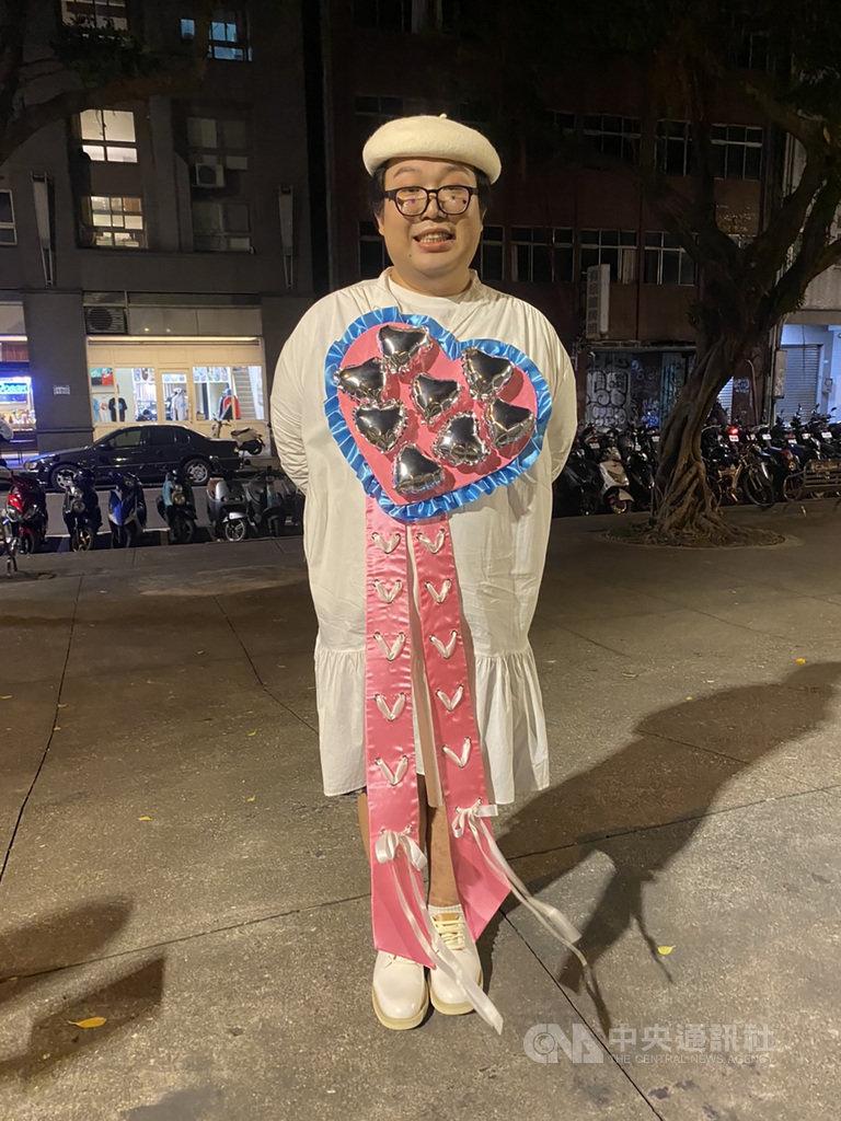 第2屆台灣跨性別遊行30日晚間在台北登場,今年主題為「鬥陣來去跨」,網路名人Alizabeth 娘娘也特別裝扮現身,並稱許台灣成為亞洲第一個同婚國家相當進步、是泰國學習榜樣。中央社記者吳欣紜攝 109年10月30日