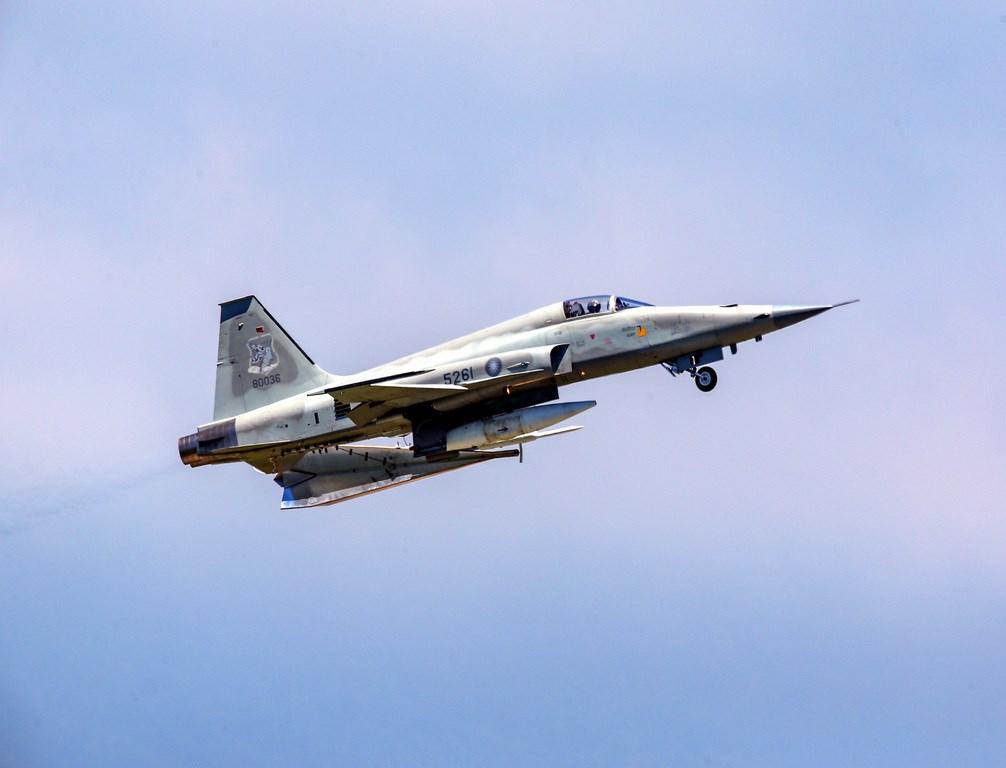 空軍第七聯隊志航基地一架F-5E戰機29日失事墜海,上尉飛官朱冠甍不幸殉職。圖為失事戰機109年6月間升空。(陳姓航空迷提供)中央社記者盧太城台東傳真 109年10月29日