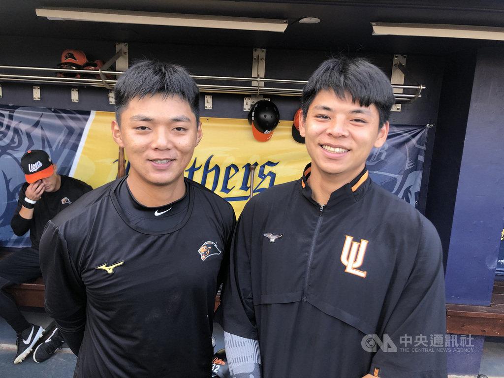 中職統一獅隊雙胞胎兄弟檔陳重羽(右)、陳重廷(前左)今年都被帶入台灣大賽名單,為中職史上台灣大賽首見。中央社記者謝靜雯攝 109年10月31日