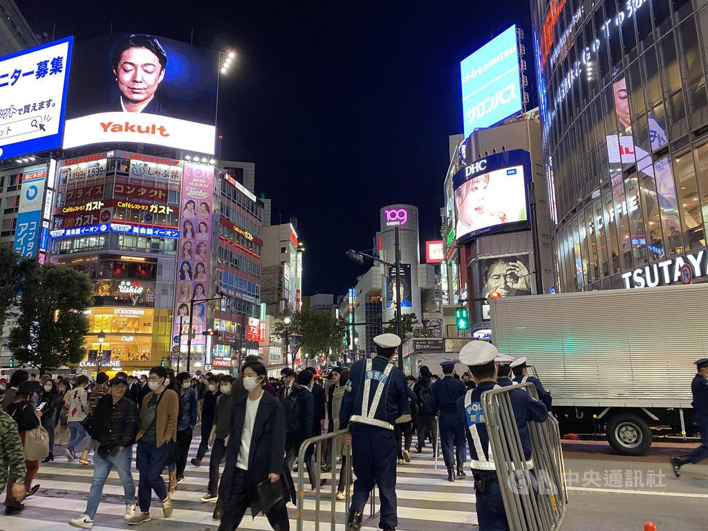東京澀谷每逢萬聖節會出現許多人做特殊裝扮的「群魔亂舞」景象,但今年萬聖節受到武漢肺炎疫情影響,幾乎沒見到有做特殊裝扮的人潮湧至。中央社記者楊明珠東京攝 109年10月31日
