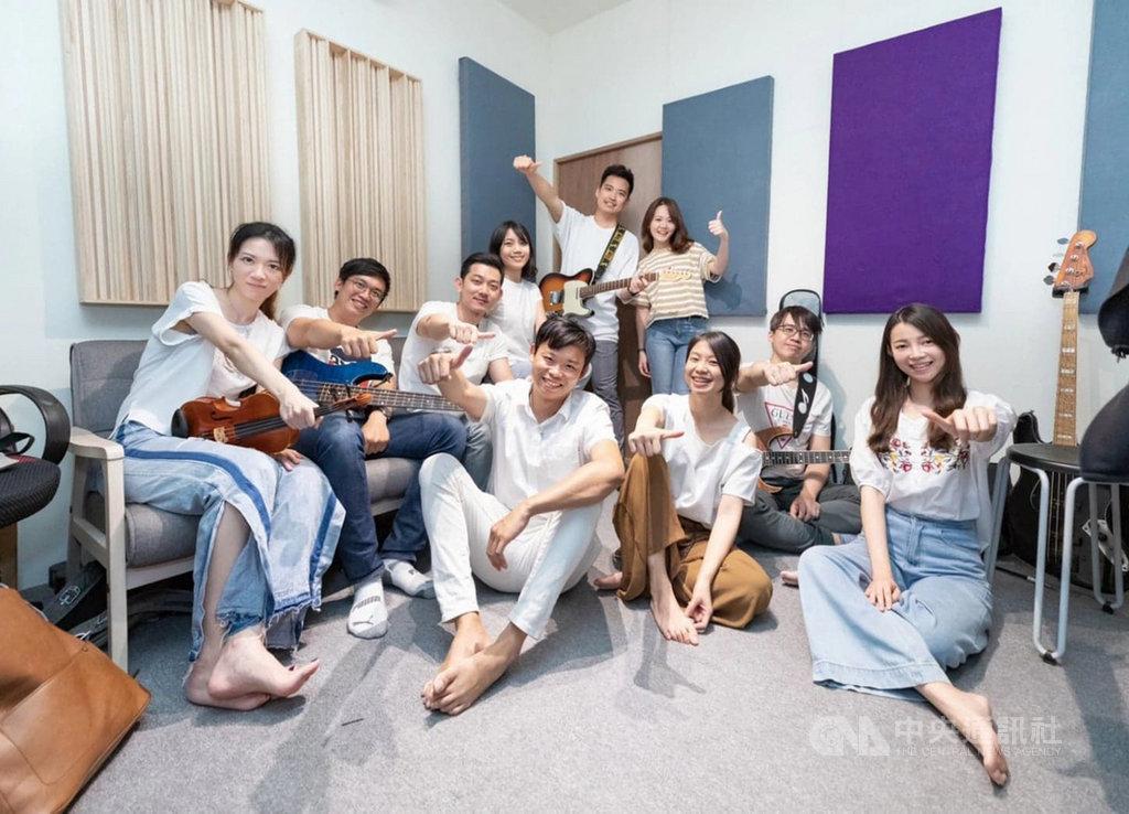 高雄長庚醫院一群年輕急診醫師共組「重症搖滾」樂團,將他們在疫情期間看見的最美風景、想對台灣人說的話譜寫成詞曲,創作出「親愛的台灣人」一曲,獻給疫情中在全台各個角落努力付出的台灣人。(重症搖滾提供)中央社記者張茗喧傳真 109年10月31日